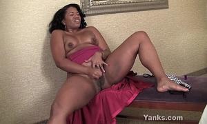 Ebony bbw sydnee masturbating
