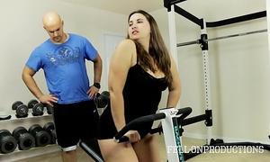 Workout stepmom's sexy moist twat in gym