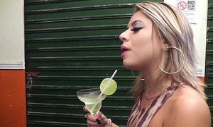 Pegando a loira bêbada no bar
